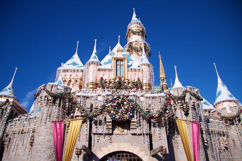 Disneyland_christmas_castle_daytime